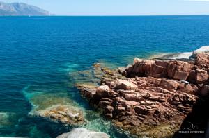 rote Felsen im Meer