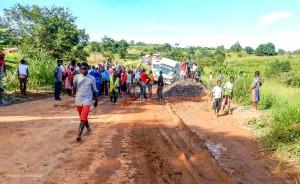 37 20170407 1549 Verkehrsprobleme DSCN2703 M1 zwischen Mzuzu und Chiweta