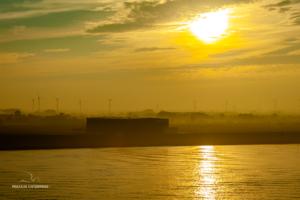 Sonne über dem Ufer
